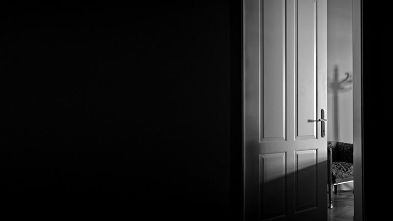 Eine Zimmertür, die offen steht.