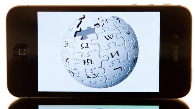 Smartphone mit dem Logo der Wikipedia