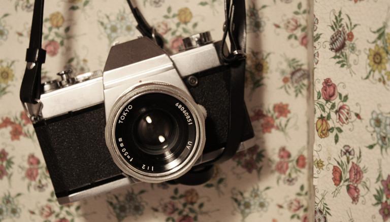 Eine Kamera hängt an der Wand.