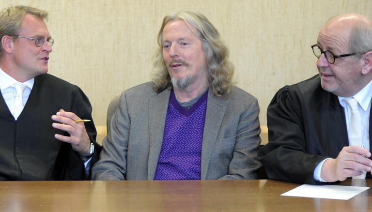 Wolfgang Beltracchi zwischen seinen Anwälten