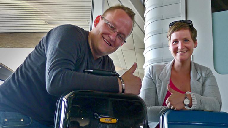 Reisende am Köln-Bonner-Flughafen mit Koffer