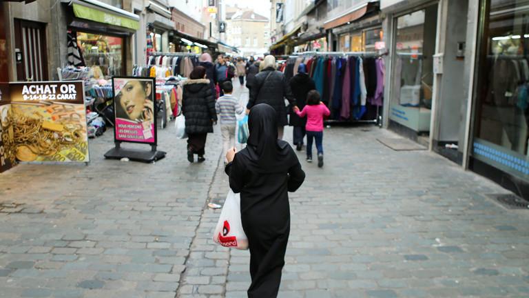 Frauen mit Kopftüchern in einer Einkaufsstraße in Molenbeek.