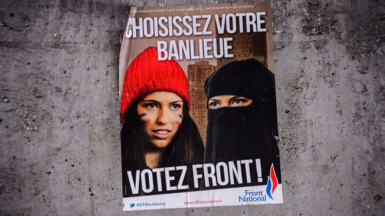 """Ein Wahlplakat der rechten französischen Partei Front National: Es zeigt eine Frau mit der Französischen Flagge und eine verschleierte Frau. Dazu der Satz: """"Wähle dein Viertel. Wähle Front National."""""""
