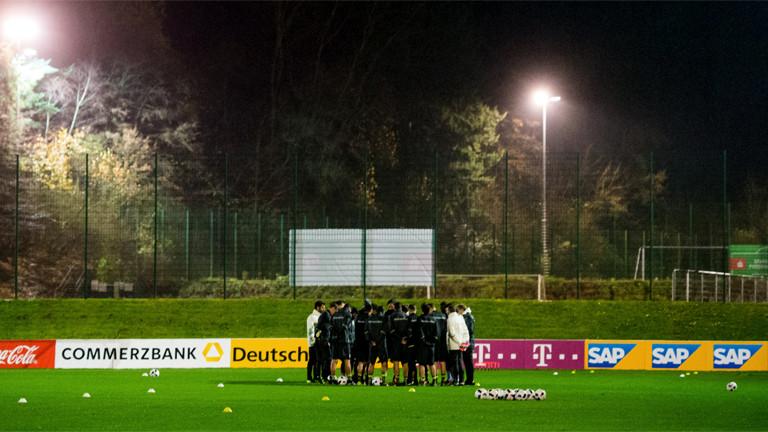 Die deutsche Fußballnationalmannschaft berät sich beim Training vor dem Länderspiel in Hannover - das später wegen einer Anschlagswarnung abgesagt wurde.