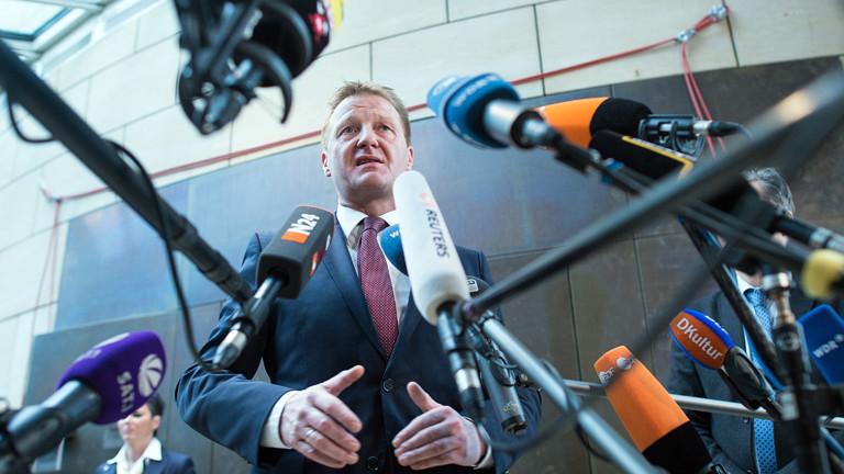 NRW-Innenminister Ralf Jäger vor Journalisten