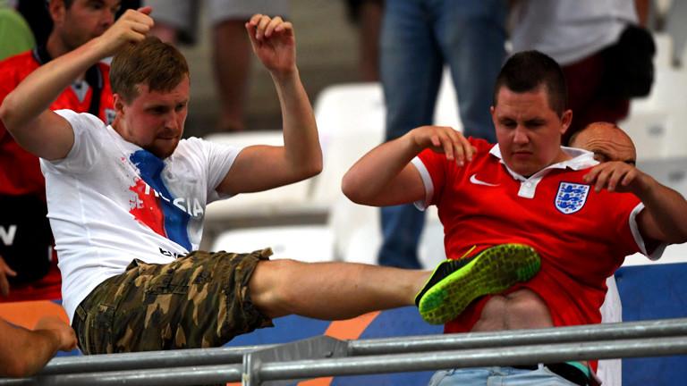 Ein russischer und ein englischer Fan prügeln sich auf der Tribüne