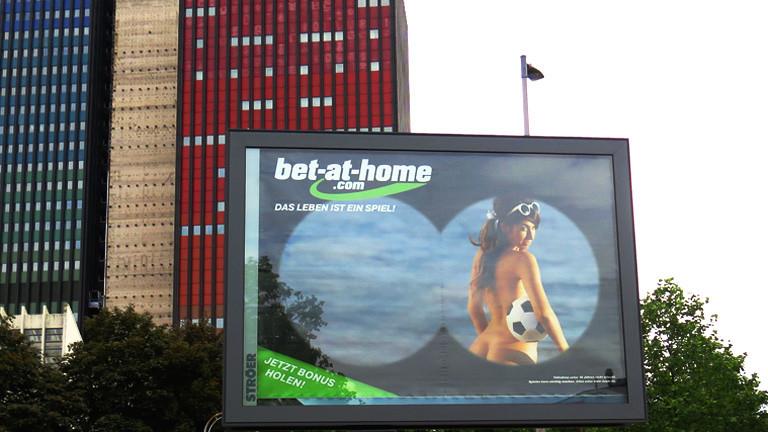 Eine Werbung der Firma bet-at-home mit einer halbnackten Frau