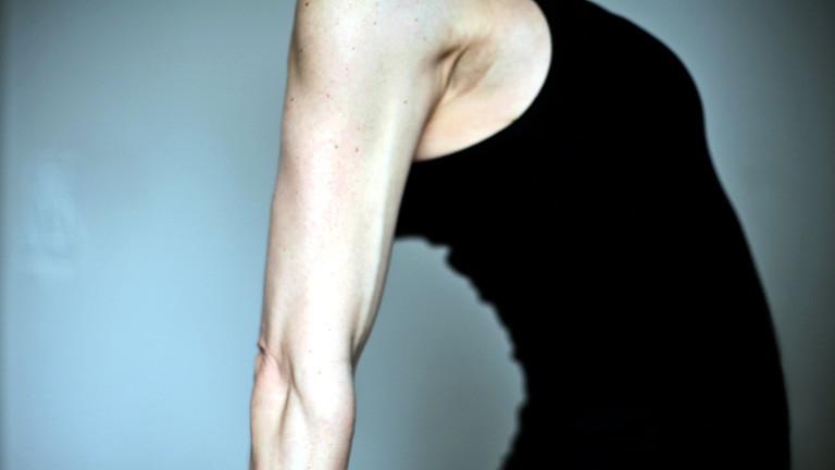 Eine Frau dehnt ihren Rücken