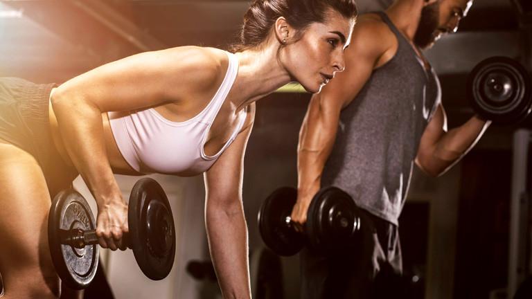 Mann und Frau trainieren mit Kurzhanteln