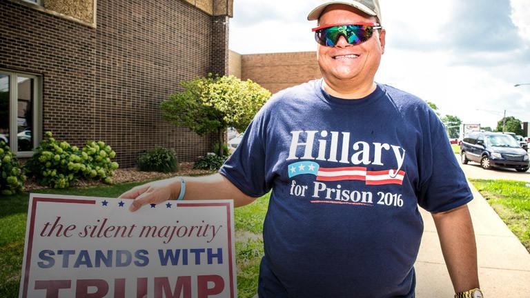 """Ein Mann trägt ein T-Shirt mit der Aufschrift """"Clinton for Prison"""""""