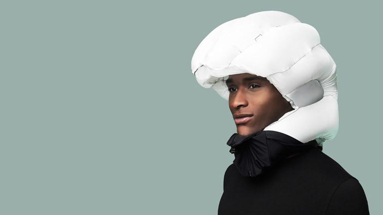 Ein Mann mit Airbag-Helm