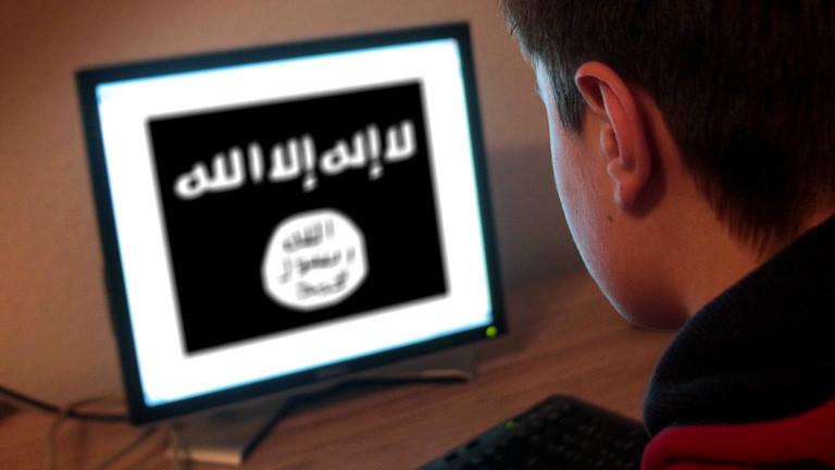 Junger Mann blickt auf Bildschirm mit islamistischen Symbolen