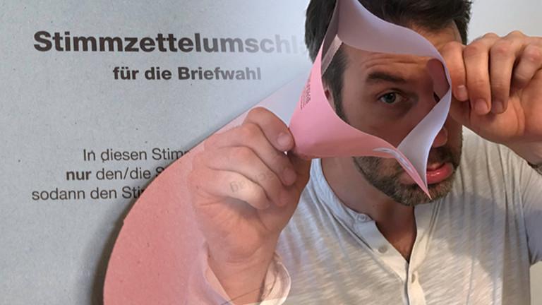 Ralph Günther mit defektem Briefwahlumschlag