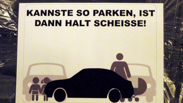 Plakat von Aktivisten gegen falsch parkende Autos in Stuttgart