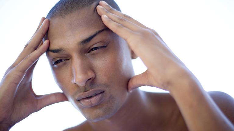 Ein Mann hat Kopfschmerzen
