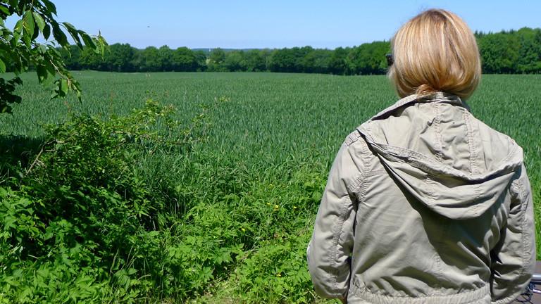 Anne Bente Isenberg blickt auf ein Feld.