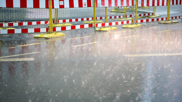 Starkregen prasselt auf Straße