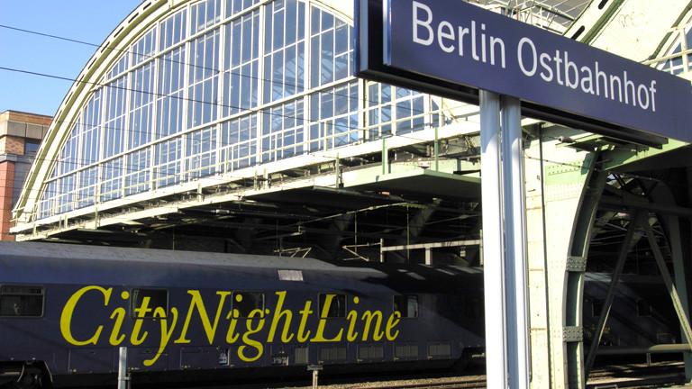 Ein Nachtzug fährt im Berliner Ostbahnhof ein.