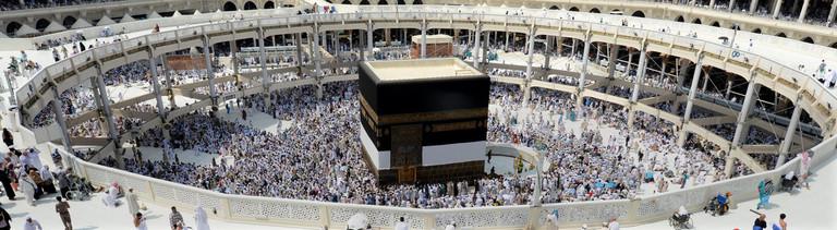 Die Kaaba in Mekka, die von vielen Pilgern umrundet wird.