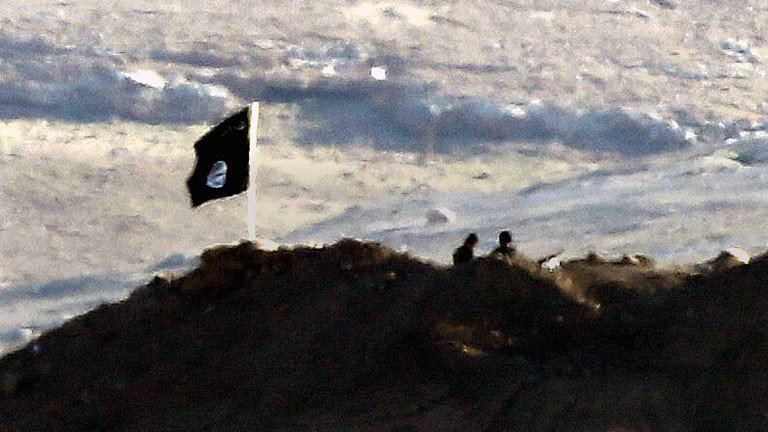 Eine Flagge des Islamischen Staates in der Nähe des syrischen Stadt Kobane.