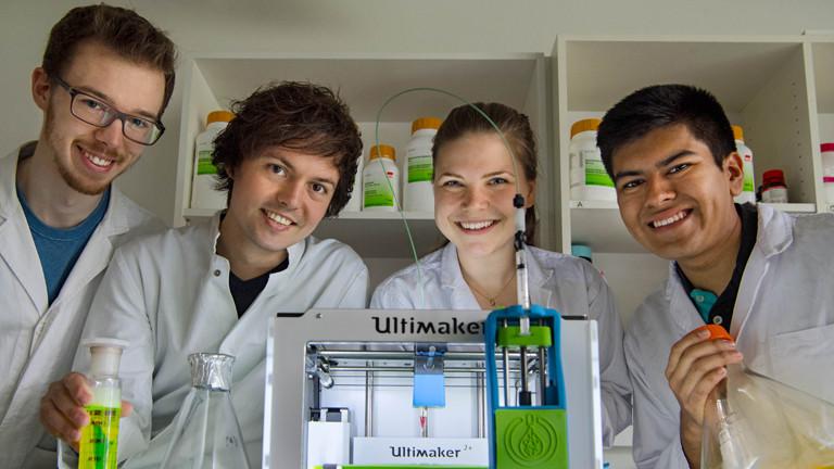 Vier Studierende von der TU München im Labor.