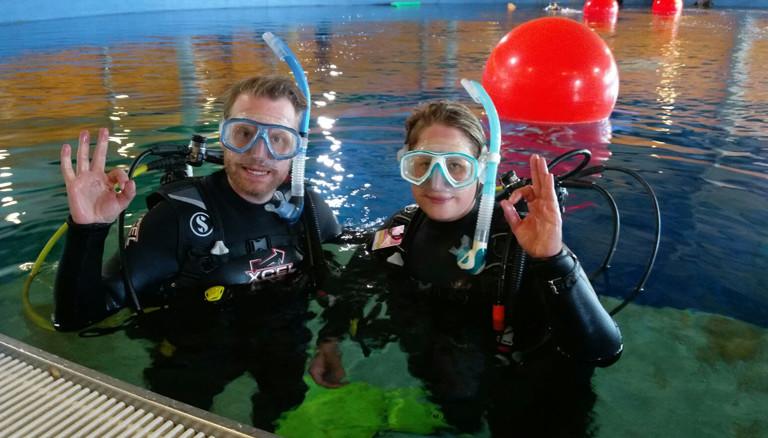 Reporter Christian Schmitt mit Tauchlehrerin im Dive4Life Tauchcenter in Siegen.