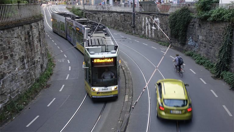 Straßenbahn, Fahrradfahrer und Auto in Bonn