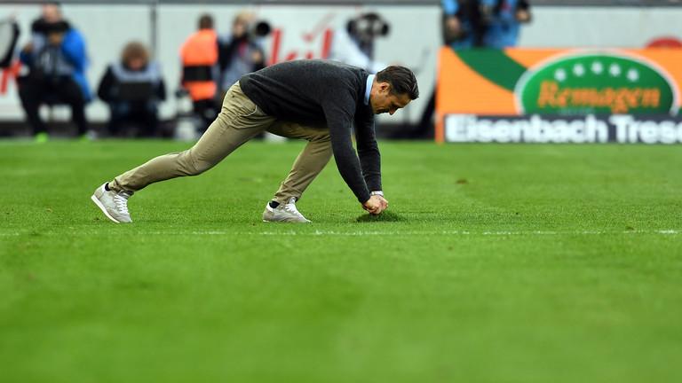 Hybridrasen bedeutet viel Arbeit: Der Frankfurter Trainer Niko Kovac versucht im September 2017, den Rasen im Kölner Fussballstadion zu richten.