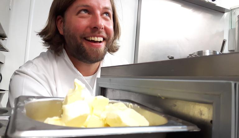 Er braucht die Butter zum Kochen: Tobias Becker