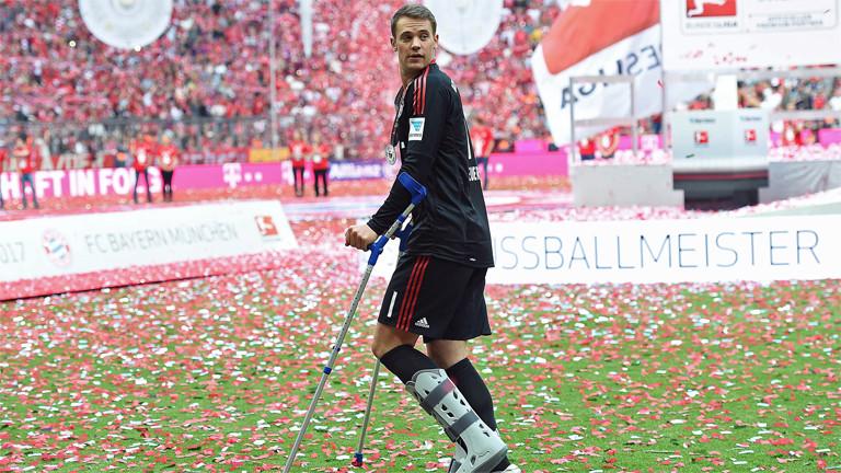Manuel Neuer humpelt am 20. Mai 2017 durch das Münchner Stadion