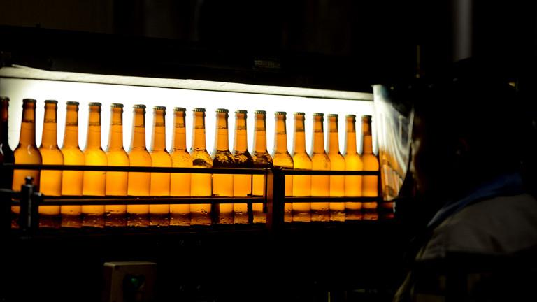 Bierflaschen auf einem Lieferband