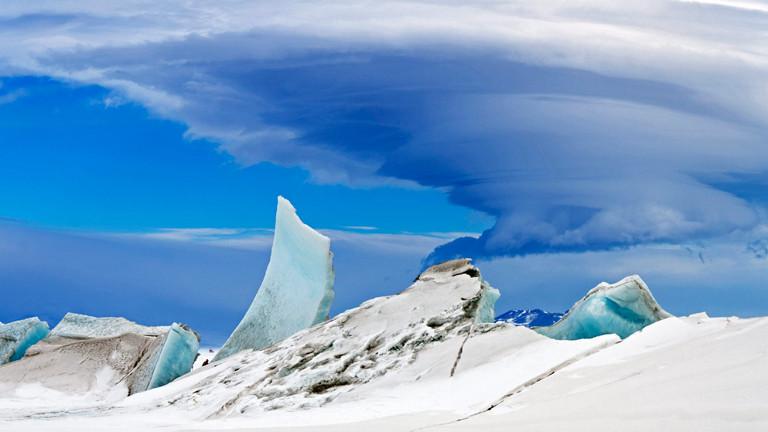 Der Mount Erebus und seine Lenticulariswolken