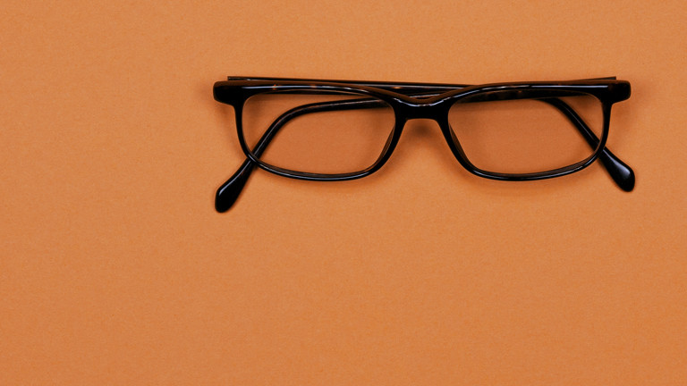 Eine schwarze Brille