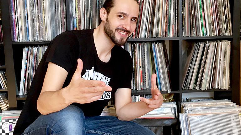DJ Robert Smith vor seiner Plattensammlung