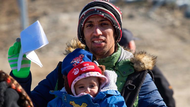Ein Flüchtling zeigt seinen Papiere an der mazedonischen Grenze