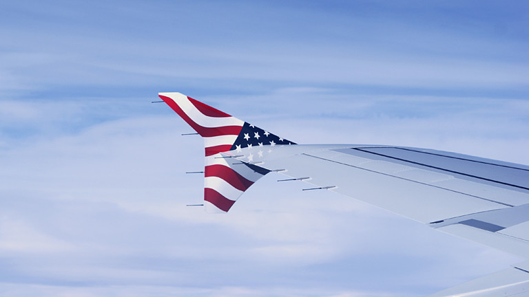 Flugzeug mit USA-Flagge.