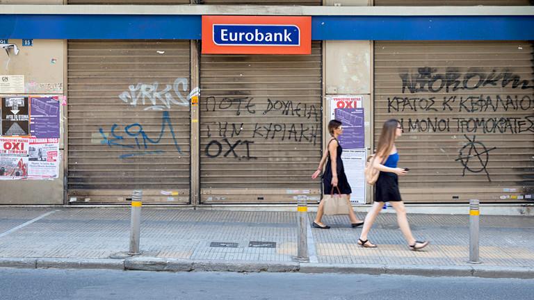 Frauen vor einer Bank