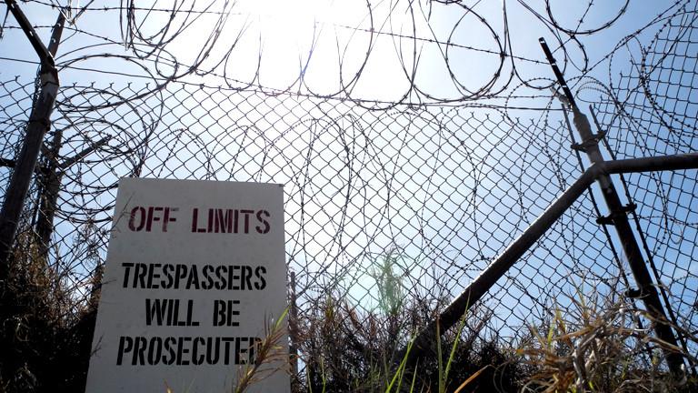Ein Schild verbietet bei Strafe den Zugang