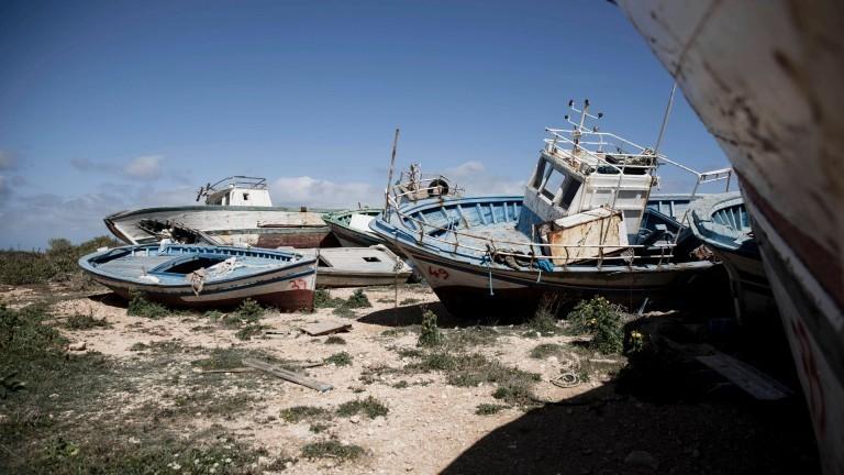 Verlassene Boote an einem Strand auf Lampedusa