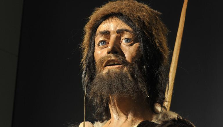 Figur nach dem Steinzeitmenschen im Museum in Südtirol.