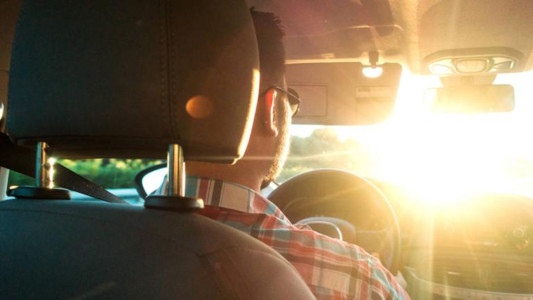 Autofahrer, Mann, der im Auto sitzt