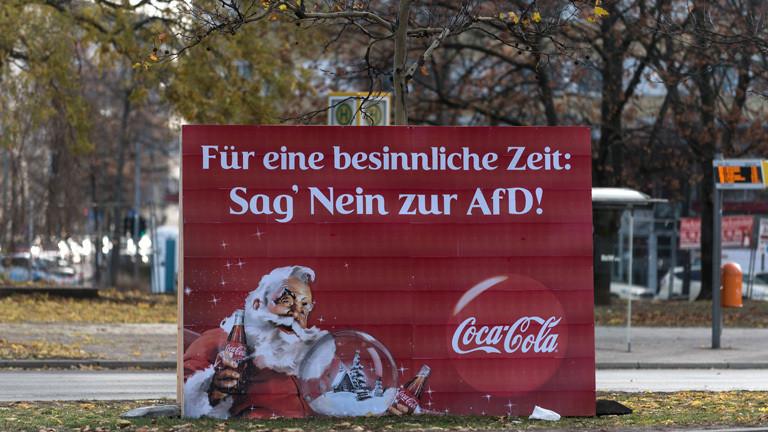 """Ein Coca-Cola-Plakat wurde manipuliert. Unter dem Slogan """"Für eine besinnliche Zeit:"""" Steht nun: """"Sag' nein zur AfD"""""""