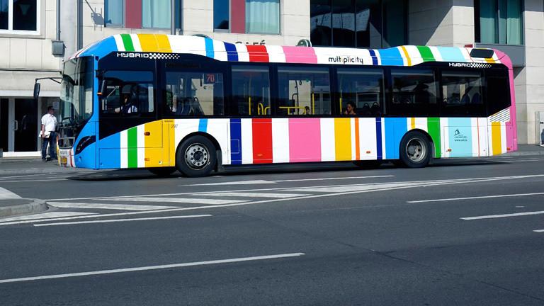 Ein bunt gestreifter Bus in Luxemburg