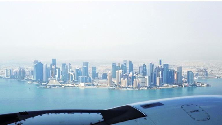 Blick über ein Triebwerk eines Flugzeug am 05.03.2017 auf die Skyline von Katar