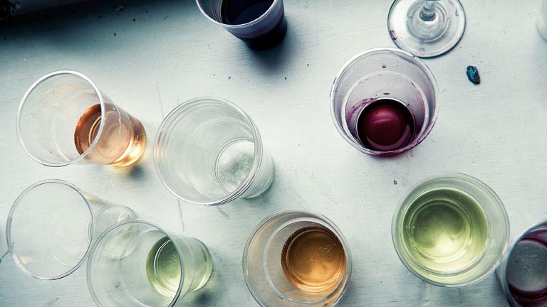 Wein in Plastikbechern