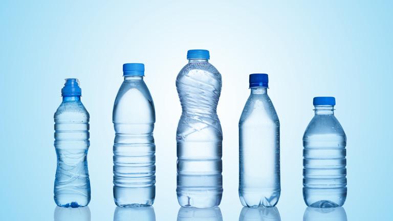 Plastikflaschen in verschiedenen Größen und Formen vor einer blauen Wand