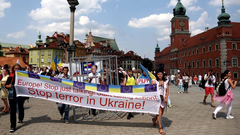 Auf einem Plakat steht: Stoppt den Terror in der Ukraine