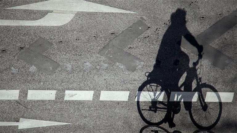 Schatten einer Radfahrerin