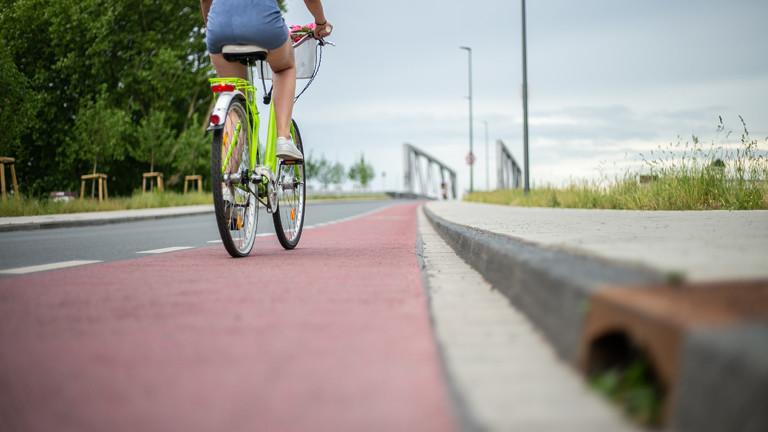Radfahrerin auf einem Radweg