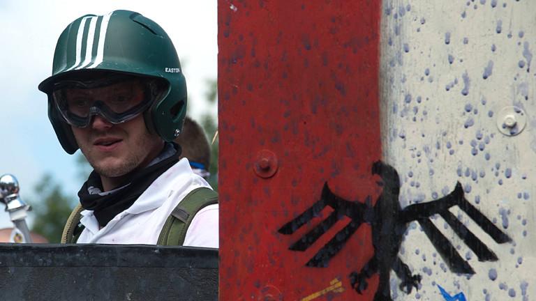 Mann mit Helm, Fliegerbrille und Reichsadler